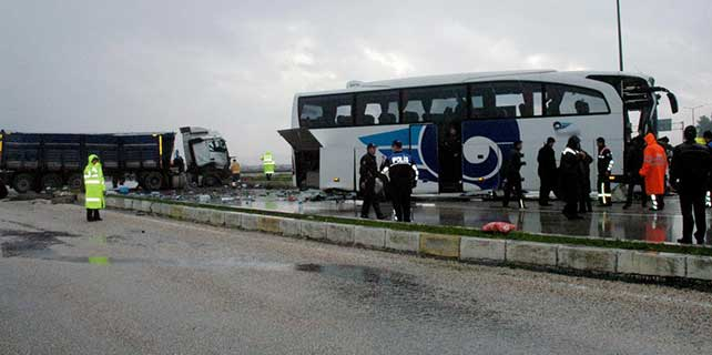 Yolcu otobüsü kamyonla çarpıştı: 19 yaralı