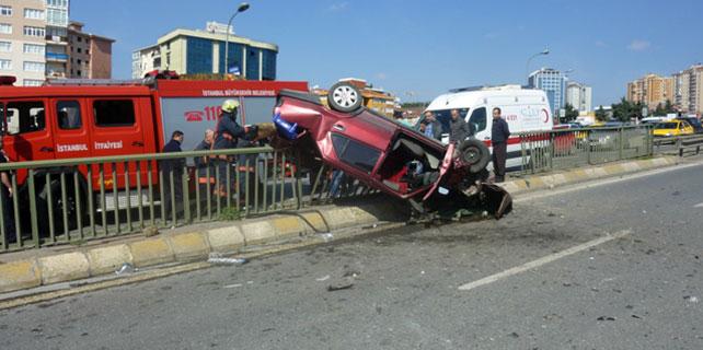 16 yaşındaki ehliyetsiz sürücü demir bariyerlere çarptı