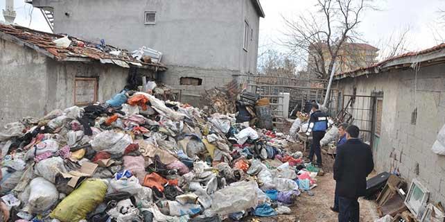 Adıyaman'da bir evin bahçesinde 4 kamyon çöp çıktı