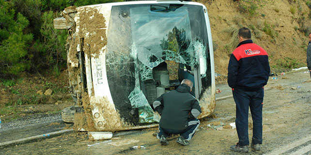 Antalya'da tur otobüsü devrildi: 1 ölü, 19 yaralı