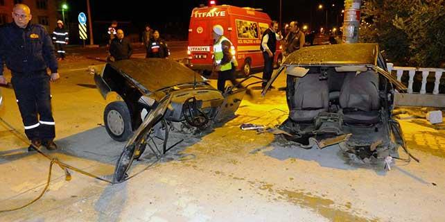 Balıkesir'de kamyonet ile otomobil çarpıştı: 3 yaralı