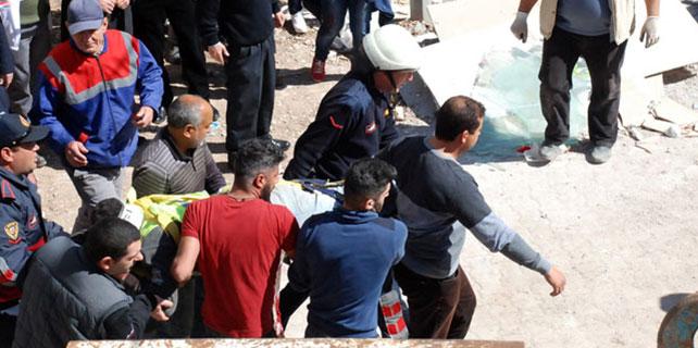 Belediye İşçileri Duvarın Altında Kaldı