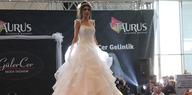 Chloe Loughnan Ankara'da gelinlik giydi