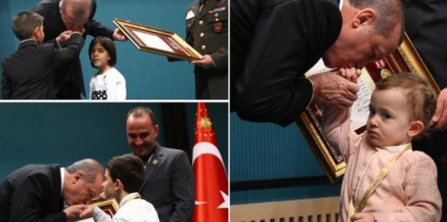 Erdoğan, çocukların ellerini öptü