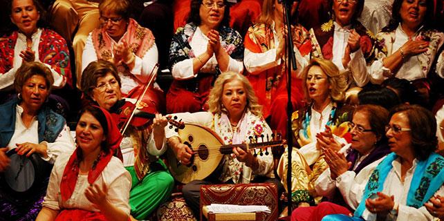 Kadın korosundan çiğ köfteli konser