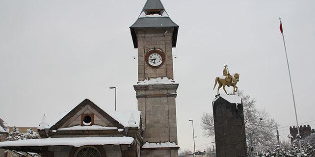 Kayseri'de kar yağışı saati durdurdu
