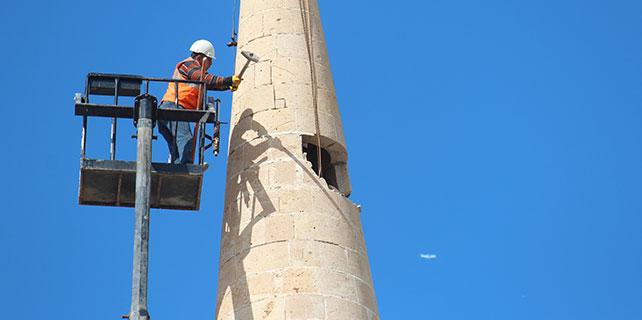 Konya'da risk taşıyan minareler böyle yıkıldı