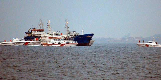 """Marmara Denizi'nde """"kaçak göçmen"""" taşıdığı ihbar edilen gemiye operasyon"""