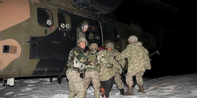 Mehmetçik karda mahsur kalan 17 Suriyeliyi kurtardı