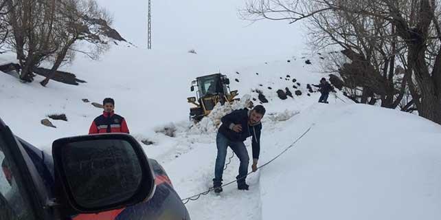 Şırnak'ta düşük yapan kadın, karla kaplı köy yolu açılarak hastaneye kaldırıldı