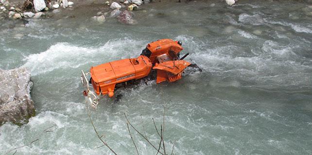 Traktör uçuruma yuvarlandı: 1 ölü