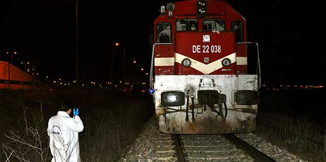 Trenin çarptığı motosikletteki 2 kişi öldü