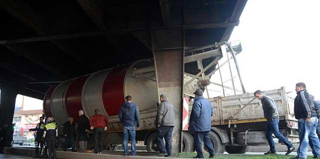 Zonguldak'ta, tır köprüye sıkıştı