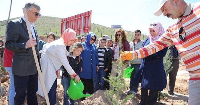 Aksaray'da yetimler fidan dikti