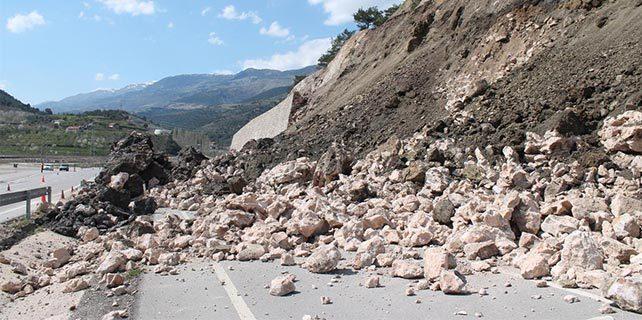 Amasya'daki heyelanda 60 metrelik istinat duvarı yıkıldı