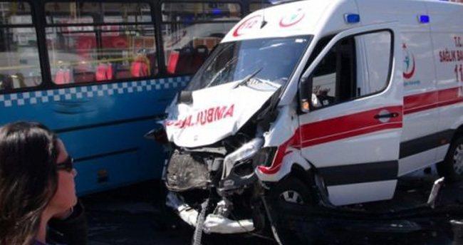 Ambulans, özel halk otobüsü ile çarpıştı!