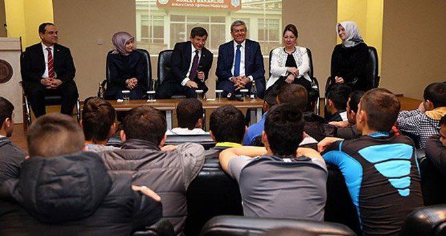 Başbakan Davutoğlu'ndan çocuk hükümlülere ziyaret