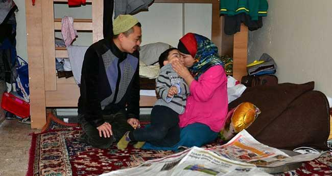 Çin'den kaçarak Manisa'ya sığınan aile, kiralık ev istiyor