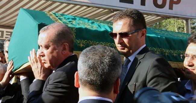 Erdoğan, cenazeyi omzunda taşıdı
