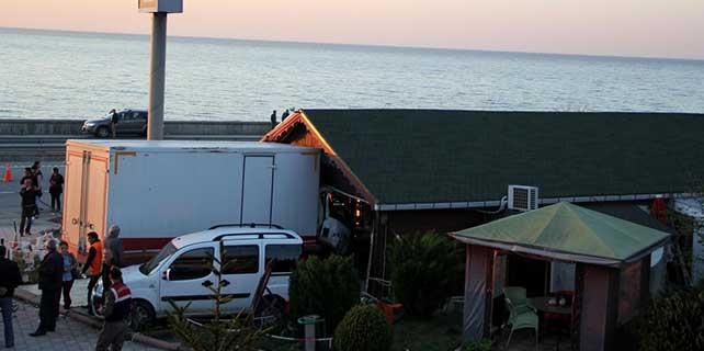 Giresun'da kamyon, park halindeki minibüse çarptı: 1 ölü
