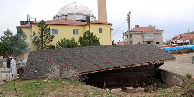 Giresun'da rüzgar çatıları uçurdu: 3 yaralı