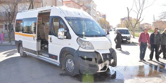 Karaman'da iki öğrenci servisi çarpıştı: 8 yaralı