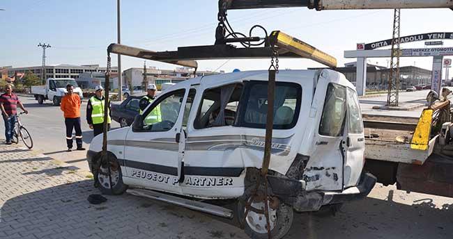 Karaman'da kamyonet ile otomobil çarpıştı: 2 yaralı