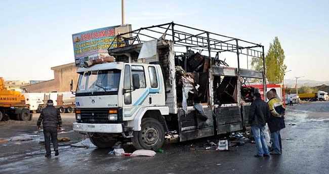 Kırıkkale'de ev eşyası yüklü kamyon yandı