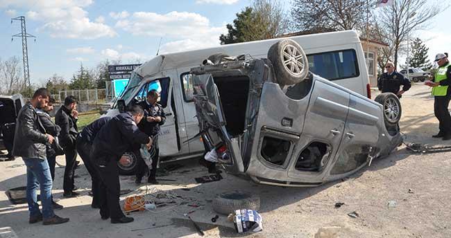 Kırıkkale'de öğrenci servisi ile hafif ticari araç çarpıştı: 10 yaralı