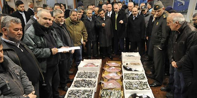Kocaeli Valisi Güzeloğlu, balık halinde mezatı başlattı