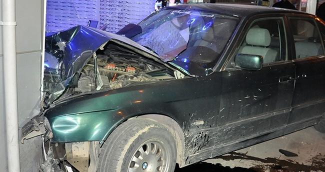 Konya'da otomobil dükkana girdi