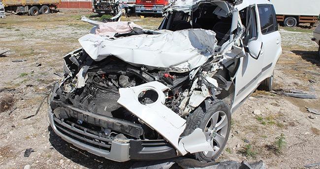 Konya'da otomobil tıra çarptı: 2 ölü, 1 yaralı
