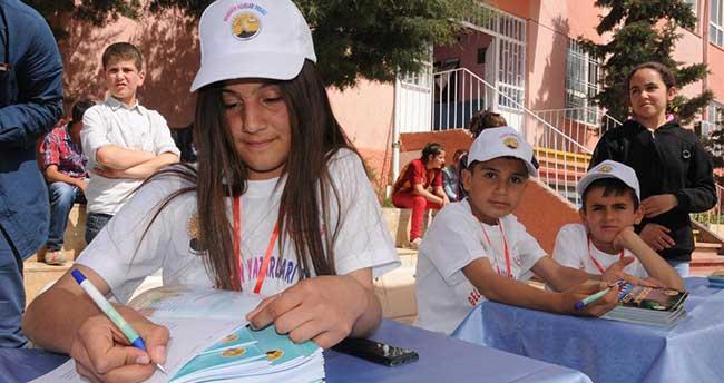Küçük yazarlar kitaplarını imzaladı