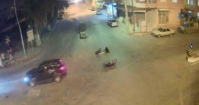 Motosikletteki iki kişi yola böyle savruldu