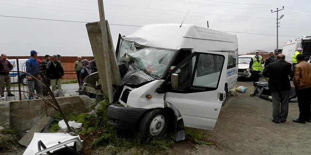 Tarım işçilerini taşıyan minibüs ile otomobil çarpıştı: 26 yaralı
