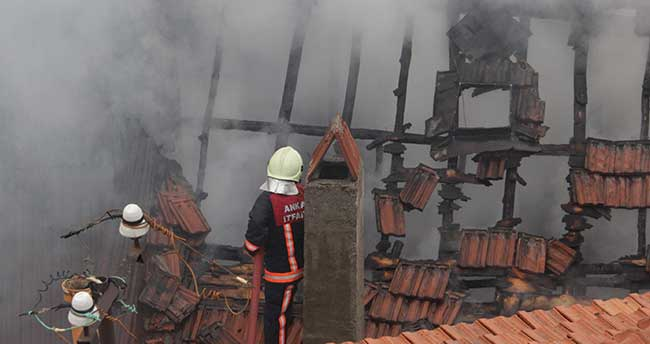 Beypazarı'nda 3 ahşap ev yandı