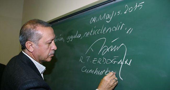 Erdoğan, tahtaya o sözleri yazıp altına imzasını attı!