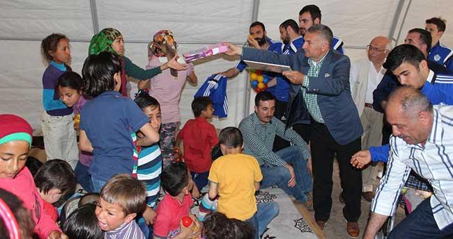 Futbolculardan Suriyeli çocuklara yardım