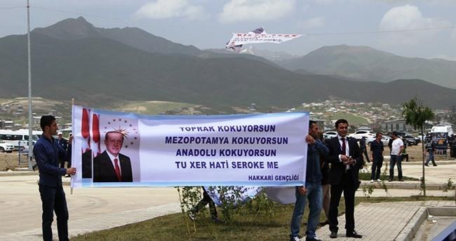Hakkari Havaalanı açılışında dikkat çeken pankart