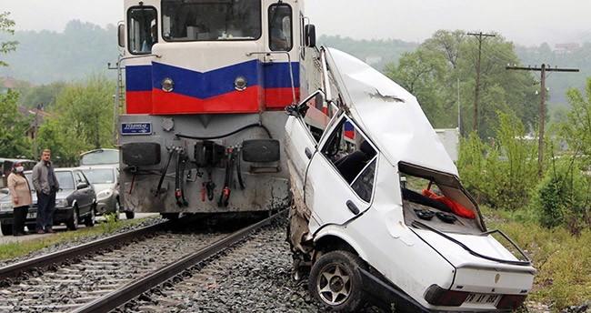 Hemzemin geçitte tren otomobili biçti : 1ölü, 1 yaralı