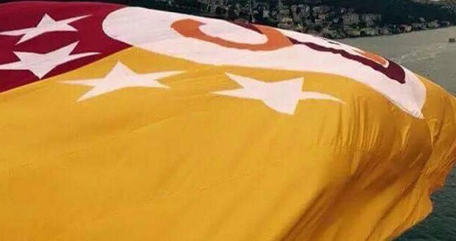 İstanbul Boğazı'na Galatasaray bayrağı