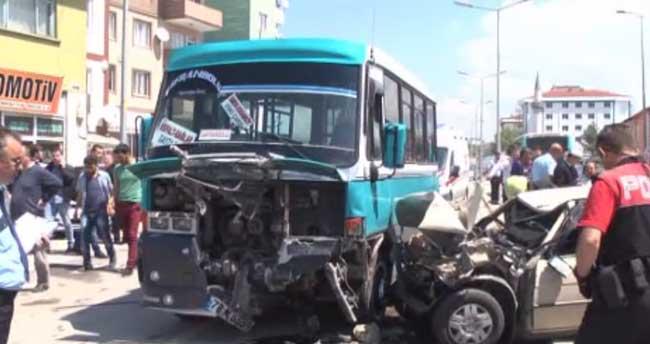 Karabük'te dolmuşla otomobil çarpıştı: 15 yaralı