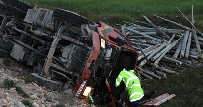 Kavak yüklü kamyon, traktöre çarptı