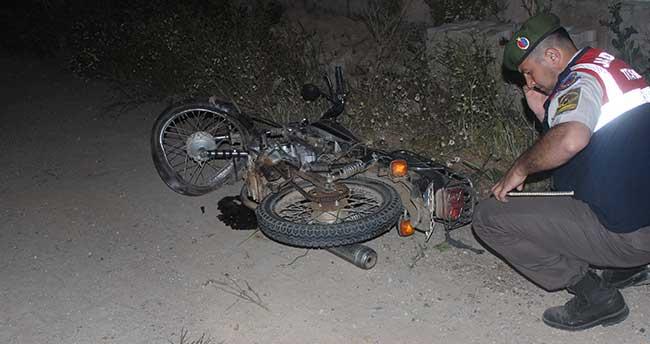Motosiklet duvara çarptı: 1 ölü, 2 yaralı