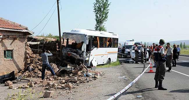 Öğrencileri geziye götüren midibüs kaza yaptı