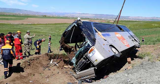 Sivas'ta öğrencileri taşıyan otobüs devrildi: 50 yaralı