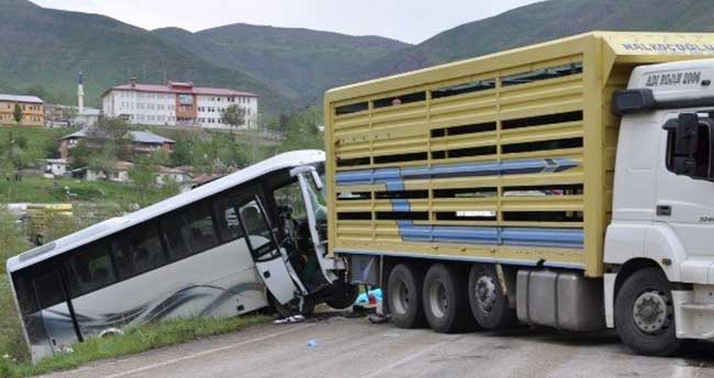 Tunceli'de trafik kazası: 2 ölü, 20 yaralı