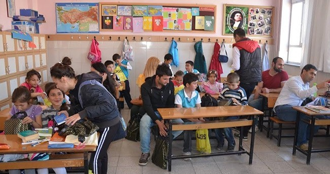 Üniversite öğrencilerinden okullara yardım paketi