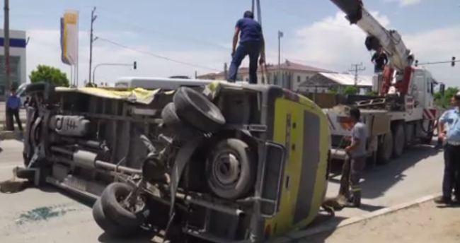 Van'da minibüsle otomobil çarpıştı: 18 yaralı