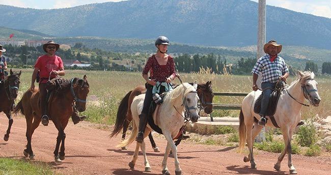 Alman Turistler Konya'ya Atlarla geldiler
